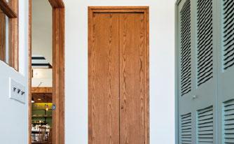 使い込むほどに愛着のわく木製ドア