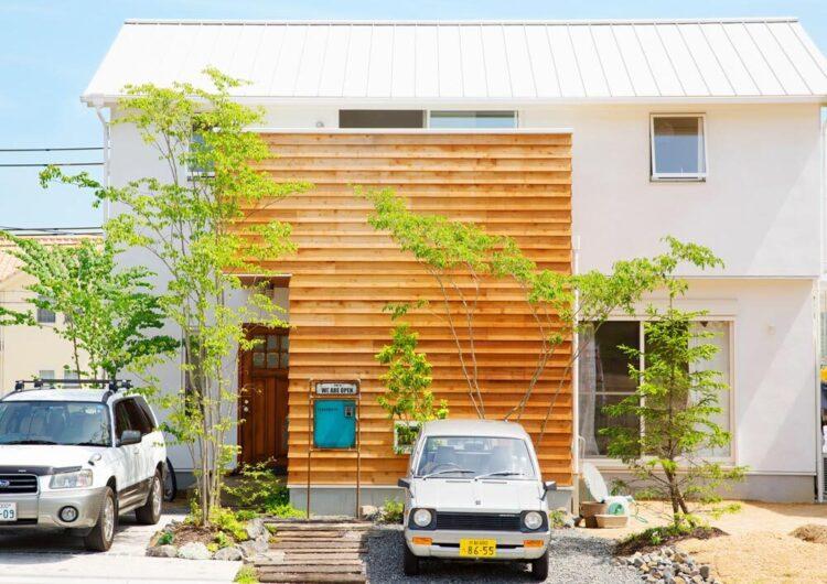 白い外壁に木製サイディングが映えるヴィンテージハウス