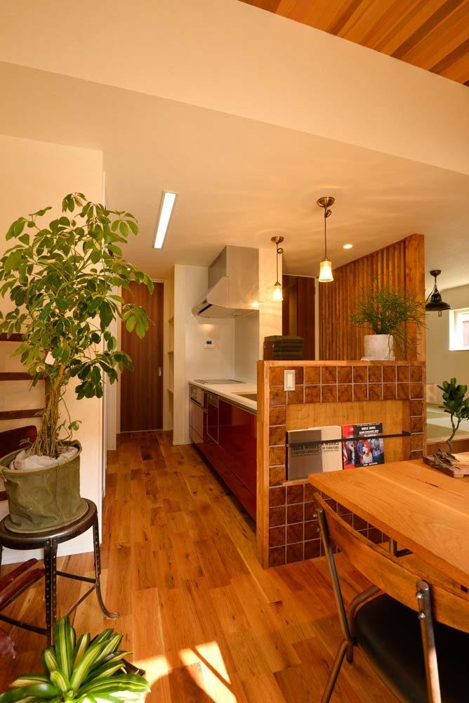 お気に入りのタイルで彩られたキッチンと勾配天井が素敵なおうち