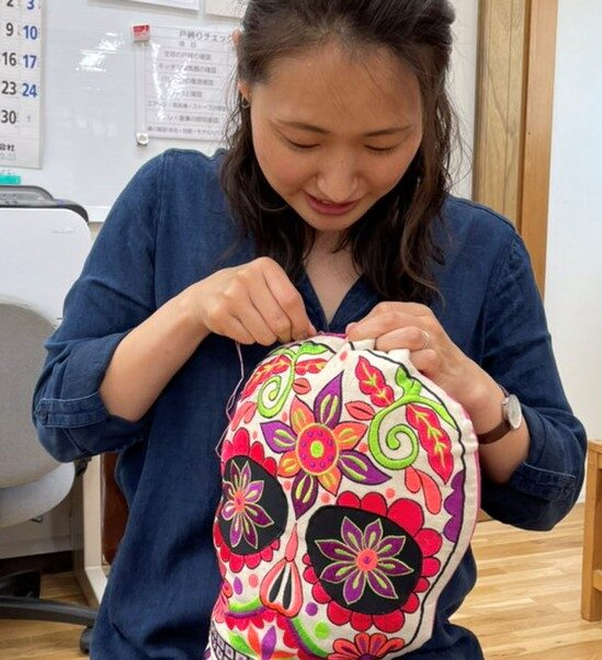 裁縫する女性