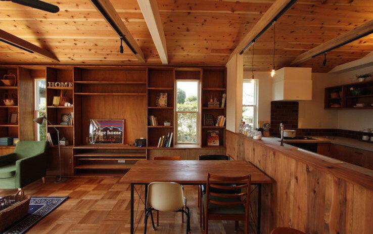 板張りの勾配天井とパーケットフロアーがどこか懐かしいフラットハウス
